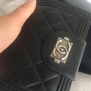 Sælger min smukke Chanel BOY pung. Pungen er ganske unik og er kun solgt i ganske få eksemplarer. Har ikke været i DK. BOY I-zip i quilted lammeskind. Pungen er købt i Chanel butikken i Chicago.   Alt medfølger. Kvittering, kasse, bånd, serienummer fremgår tydeligt.   Sender gerne flere billeder af pungen. Den er brugt og har få brugsspor.  Byd gerne - men forbeholder mig retten til ikke at sælge ved rette bud.   Nypris ca. 8500 DKK.