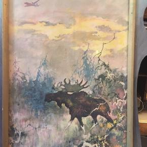 SAS kalender oktober 1955, original poster tegnet af Otto Nielsen elg motiv og silhuet af fly på himlen. Rammen er lavet så den ligner et elggevir. Mål cirka 50x55cm.  175kr Kan hentes Kbh v