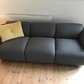 Sofa, uld, 3 pers. , Normann Copenhagen  Swell 3 personers sofa, Breeze Fusion.  Sofaen er købt i 2016 og er i fin stand   Højde: 70 cm Længde: 235 cm  Dybde: 93 cm  Vægt: 63,5 kg  HR skum / krydsfiner / polstring - Ben: malet ask