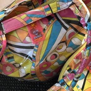Cool beachbag i kraftigt plast. Tilhørende lille ekstra toilet taske. Pucci look. Meget velholdt, kun brugt få gange.  Porto 39 kr.