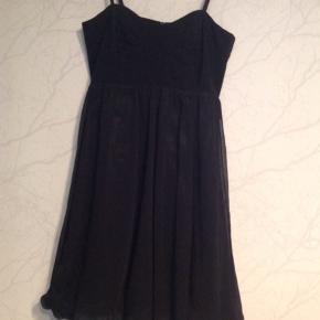 Sød festkjole med let chiffon der er syet, så det giver en balloneffekt i kjolen.
