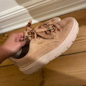 """God sko. Får den ikke længere brugt. Der er lidt snavs på """"skindet"""", som jeg ikke ved om kan renses. Skoen er mere lyserød end det synes på billederne."""