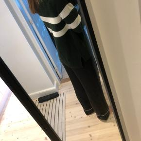 Grøn strik fra Envii med hvide striber. Sælger den da jeg ikke får den brugt