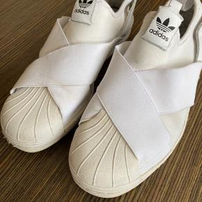 """Adidas sneakers i et lækkert blødt/elastisk stof og med den klassiske """"superstar"""" front. Str. 40 2/3-UK 7-US 8 1/2."""