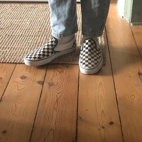 Klassiske checkerboard slip on Vans  Brugt en gang. Størrelsessvarende.   Tern.