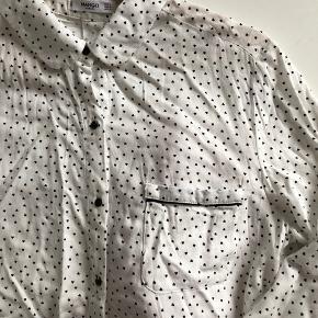Flot skjorte fra Mango med hjerter. Aldrig brugt, kun vasket 1 gang. Det er en str L, men er meget lille, så vil sige den passer en str Small! Sender gerne på købers regning for 36 kr med dao.