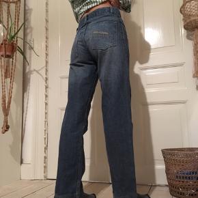 Fede 00'er / 90'er bukser i en lidt skater stil. Fra mærket here +there i en str. 170. Med fede detaljer