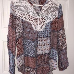 Sød bluse med blonder foroven. Den er brugt, men kan absolut ikke ses på den. Kom med et bud.