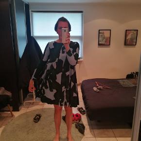 Kjolen er fra 2015, og som det ses på sidste billede er stoffet slidt, derfor sælges kjolen til en god pris :)