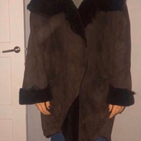 Ivan Grundahl. Rulam pelsjakke, model med rå kanter, knaplukning og påsatte lommer. Oversize, passer nok 40-44. Respektér venligst stand og nypris. Sælges kun fordi jeg aldrig bruger den.