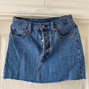 Denim nederdel fra levis - aldrig brugt   Størrelse 26