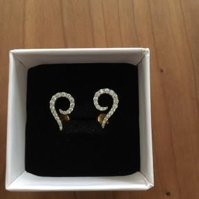 Izabel Camille øreringe med små glimtende zirkoner. Forgyldt sølv. Smukke og klassiske. Har man små vedhæng kan disse påsættes. Brugt 1 gang til nytår😊. Måler 15 mm. Nypris 975,- Sælges for 210,-