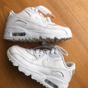 Nike Air Max - nypris 700,-.   Lækre lækre Sneakers af god kvalitet i str. 30 / 17 cm. De er kun brugt til pænt brug, og er brugt sparsomt (og nu kan han ikke passe dem mere 😏☺️). Står som nye foruden det man kan se under sålen - de er max brugt kortvarigt 5 gange.  Kan afhentes når jeg er på arbejde i Rødovre - ellers i Solrød.