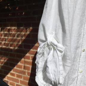 Brand: Armani Collezioni Varetype: Skjorte Farve: Hvid Oprindelig købspris: 2499 kr.  Romantisk hvid Armani Collezioni skjorte/tunika i 100% hør/linen Str 44 italiensk , svarer til str 40 dansk Betaling :MobilePay Forsendelse forsikret via DAO