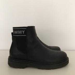 Tommy Hilfiger støvler i str 38. Brugt i en kort periode.   Kan afhentes i Ørestad eller sendes på købers regning.