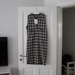Chanel look a like kjole fra Zara,  Aldrig brugt, fejlkøb.  Nypris: 299kr.