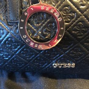 Fin lille håndtaske, i præget læder, gylden hardware. Inkl. Dustbag   Ny og ubrugt.