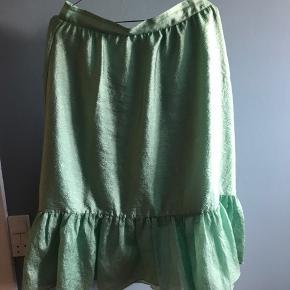Smuk grøn Stine Goya nederdel med let shine. Går til under knæet med underskørt.