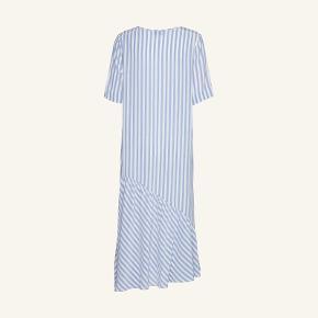 Smuk smuk kjole i 100 % silke. Oprindelig pris 2500 kr - sælges da jeg ikke har fået den brugt.