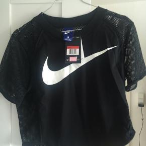 """Ærmer og ryg er som """"net"""". Derfor perfekt til sport.  Er købt i Nike i Kina til hvad der svarer til 150kr (fremgår af prismærket)  Størrelsen er Large, men passer mere til en dansk størrelse S/M"""