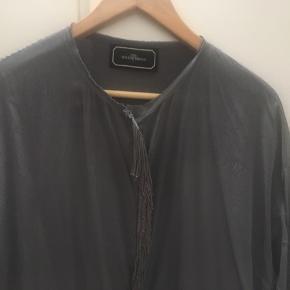 Flot silkekjole fra MB med flot detalje foran.  Kjolen kan delvis knappes op foran.   BYD gerne
