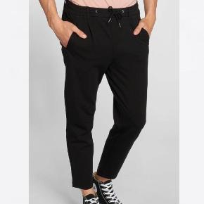 Sælger disse bukser for kæreste. Bukserne er en 31/32, og kan passes af en størrelse M/L. Har ingen tegn på slid.