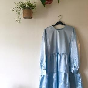Shiny lyseblå kjole - dejlig rummelig Fitter str. L-XL