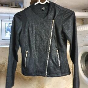 Flot figursyet jakke med glitter fra Queens, str 11/12 år. Aldrig brugt