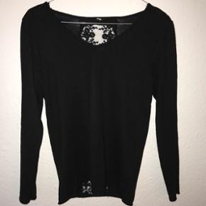 Sort trøje med blonde og gennemsigtig ryg(kun midten). Kan passes af S/M. Køber betaler selv fragt, som ikke er inkluderet i prisen eller afhentes i Lyngby.