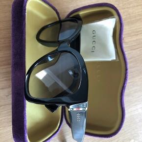 Lækker Gucci solbrille ikke brugt - sælges udelukkende, da jeg må have styrke i solbrillerne og det derfor er billigere at købe med styrke end få nye glas i.  Købt August 2020 i Synoptik - ny pris 2200kr
