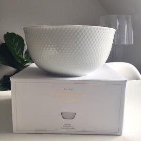 """Lyngby Porcelæn """"Rhombe Bowl"""" håndlavet porcelæn mål: ø21,50 cm.  Byd gerne kan både afhentes i Århus C og sendes på købers regning."""