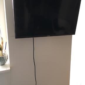 """28"""" fladskærm fra Samsung med vægophæng, som kan drejes. Fejler intet, BYD"""