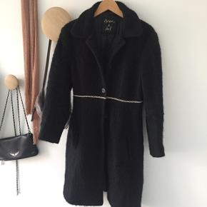 Fin sort uld jakke, huller i foer deraf pris