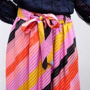 """Smukkeste """"Audrey Skirt - Parallels silk"""" fra Stine Goya ...   Brugt 2 gange - som ny ✔️  100 % silke 👌 Nypris 2300,-   Elastik i talje - mål 35 cm x 2 ... når elastik ikke er stukket ud ...  Længde 87 cm   Fast pris ... ingen byt tak 😊"""