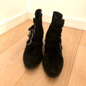 Sorte ruskinds støvletter med spænder kun brugt ganske få gange.