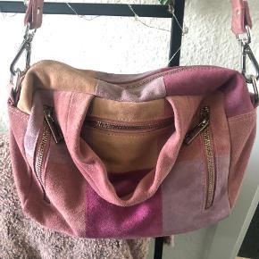Fed taske med mange lyserøde nuancer :) medfølger også anden hank så den kan bruges som crossbody :)