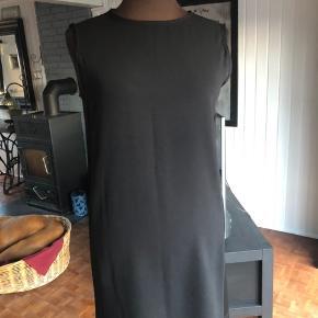 Ny klassisk kjole fra Filippa K sælges. Nypris 800, sælges for 200kr