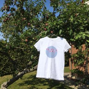 Basic hvid t-shirt med fedt print på maven. Er kun blevet prøvet på aldrig brugt.  Skriv gerne for mere info😁