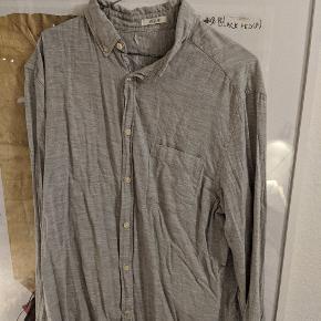 Flot H&M skjorte. Nyvasket mangler blot at blive strøget.  ______ Sælger 3/4 af min garderobe her henover sensommeren. Har masser af klassisk Nike, Levi's, Dr Martens, Adidas, Ralph Lauren mm - men også vintage ting fra rejser såsom, Lacoste, Dior og Lanvin 🤙🏻 Har ikke flere billeder eller mål ✌🏻  Skjorte #30