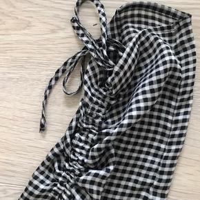 Ternet skjorte fra Gina Tricot .🦓🏁 Den fejler intet, er kun brugt et par gange. Læg mærke til den fine detalje på ærmerne!