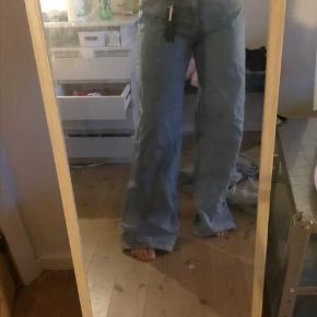 Sælger disser super fede weekday bukser, da de er for lange. De er kun prøvet på og har stadig deres prismærke. De er en str 30 i waist.