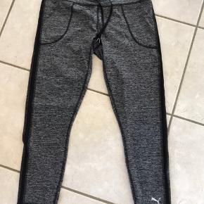 Super lækre bukser fra Puma  De er nye og aldrig brugt kun prøvet  Super skønne til træning eller bare som hverdags bukser 😊😊