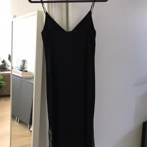 """Super fin strop kjole med v udskæring fra H&M Trend. Har en flot blondekant forneden. Stropperne kan ikke justeres, men kan lægges op.  Kjolen er elastisk i materialet og lidt """"tungt"""", så den falder rigtig flot. Køber betaler fragt."""