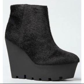 Cheap Monday Monolit pony shoes, nypris 599,-  Super fede og høje sko, der skiller sig ud💋 har ikke plads til dem - Hentes på Islands Brygge, hvor de også kan prøves 💫   Tjek også de andre annoncer for en god deal🤟🏻