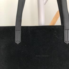 Net / skuldertaske / skoletaske / computertaske   Fineste taske fra Noir Desire  Den kan rumme en 13 tommer computer + bøger   Sælges da jeg har for mange taske, og desværre ikke har fået den brugt   Nypris: 350,-