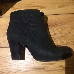 Sorte støvler fra vagabond. Virkelig fede og super nemme at gå i. Tegn på slid på indersiden og derfor den lave pris men man lægger ikke mærke til det. Skriv for flere billeder. Np 899 kr