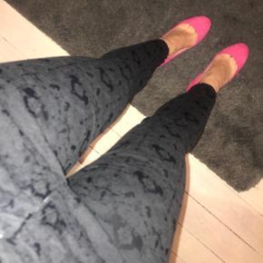 Super fine sorte bukser med flot mønster i stoffet