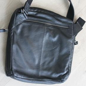 GFF, Praktisk kvalitets skuldertaske i italiensk læder. Ikke brugt meget.  30x30x5 cm.