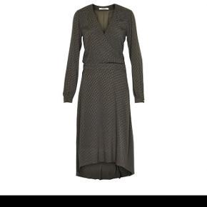 Gestuz nete kjole i olivengrøn str 36. Kjolen er brugt et par gange og fremstår derfor i rigtig fin stand Nypris 1200kr