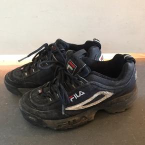 Fila sko str. 37,5. De er ret beskidte, men det er ikke noget der ikke kan gå af i vask:)